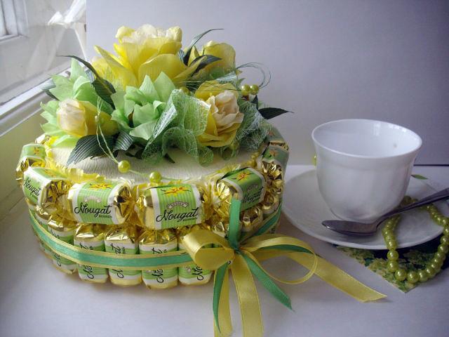 Торт из конфет с живыми цветами
