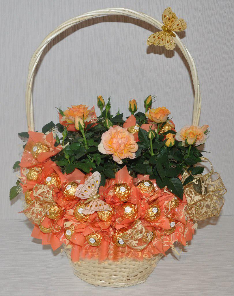 Букеты из конфет и живых цветов